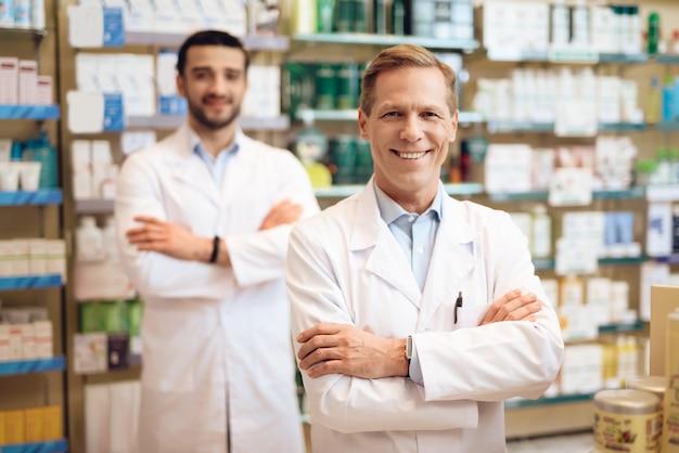 薬局の男性薬剤師。 Premium写真