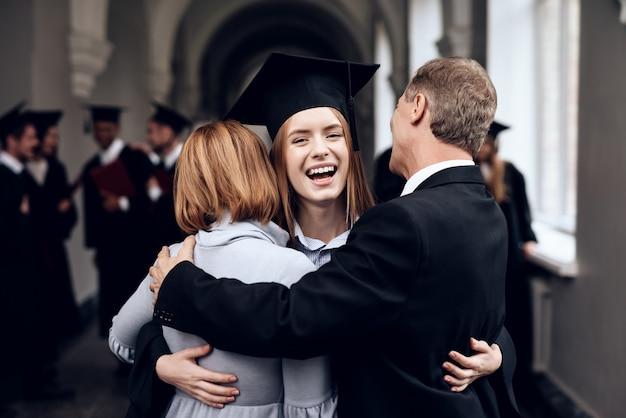 親は勉強を終えた学生を祝福します。 Premium写真
