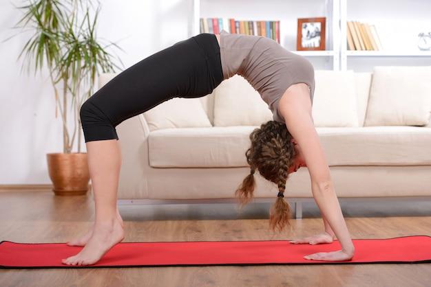 床の上の運動をしているスポーティな美人。 Premium写真