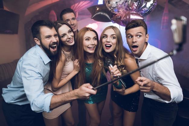 クラブの若者は歌を歌い、踊り、自撮りをします。 Premium写真