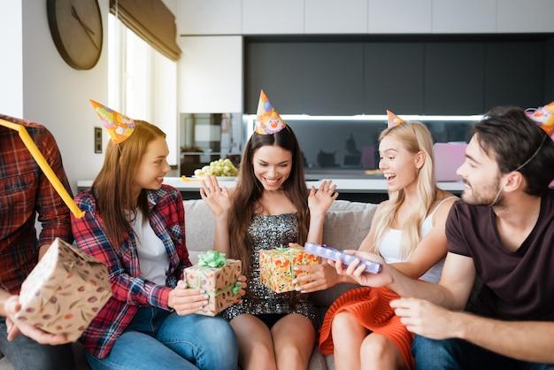 誕生日帽子の誕生日の女の子。サプライズ誕生日パーティー。 Premium写真