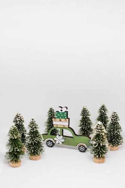 クリスマスツリーとライトが付いている青い車雪冬の背景。クリスマスの休日のお祝いのコンセプト。 Premium写真
