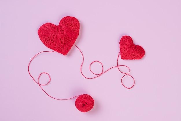 愛のシンボルのような赤いハート。バレンタインデーのコンセプト Premium写真