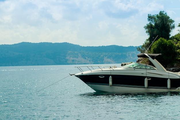 ヨット、ヨーロッパでの休暇のヨットと美しい湾。 Premium写真