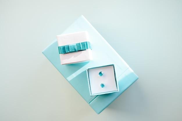 Роскошные серьги из крупных изумрудов и бриллиантов. Premium Фотографии