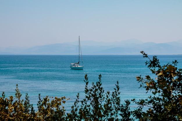 Роскошная яхта возле береговой линии Premium Фотографии