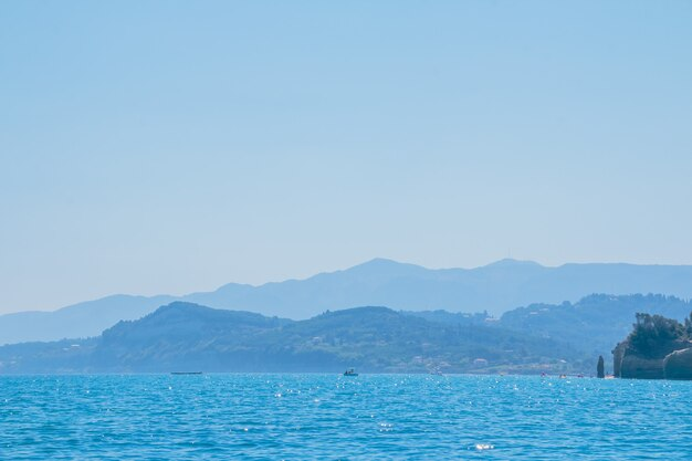 Красивые морские пейзажи на острове в греции. морское путешествие по европе. Premium Фотографии