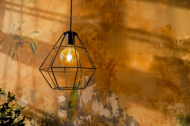 モダンなスタイルのファッションランプ。暖かいトーン電球ランプ。 Premium写真