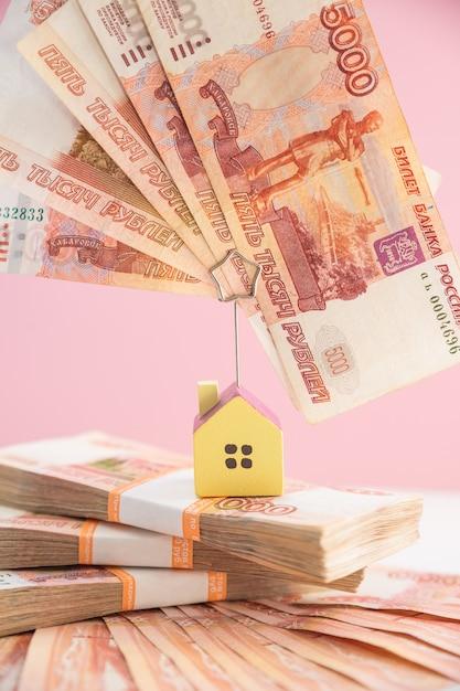 Счета недвижимости с лестницей из денег и дома Premium Фотографии