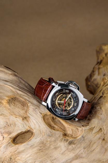 木材に置かれた高級男の腕時計 Premium写真