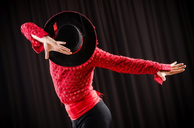 赤い服でスペイン舞踊を踊る人 Premium写真