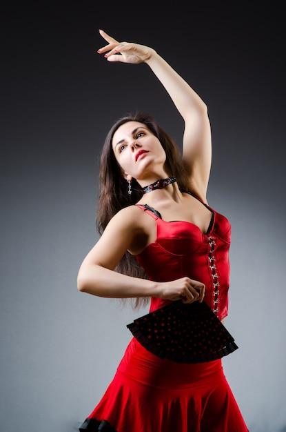 踊りのファンを持つ女性 Premium写真