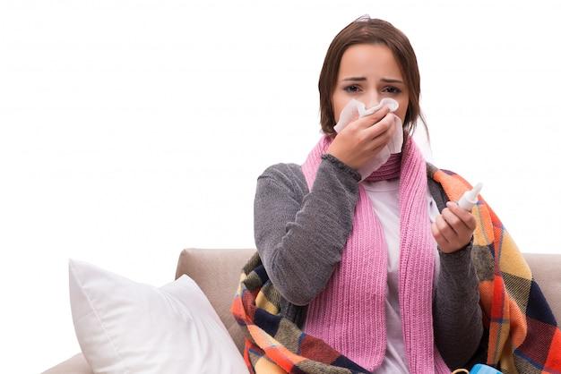 病気の女性がソファーに横になっています。 Premium写真