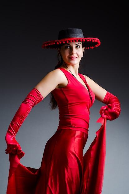 赤いドレスを着た女性の踊り Premium写真