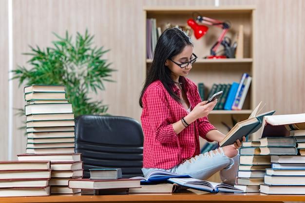 女子短大生の大学院試験の準備 Premium写真