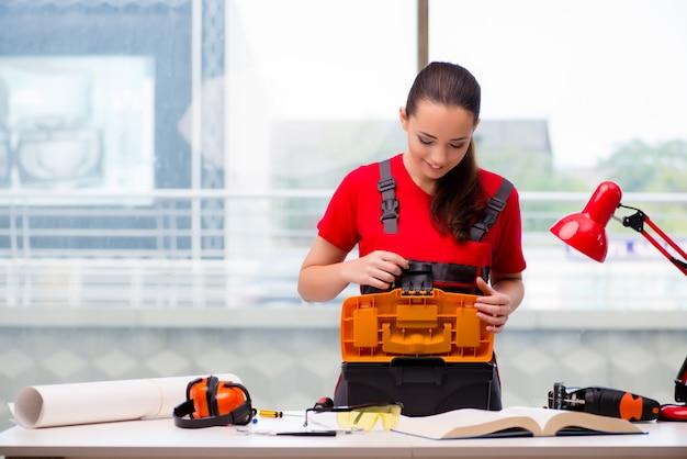 カバーオールの修理を行うことで若い女性 Premium写真