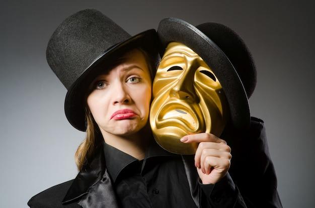 面白いコンセプトでマスクを持つ女性 Premium写真
