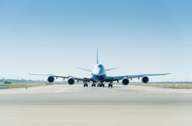 滑走路に大きな飛行機が離陸の準備ができて Premium写真