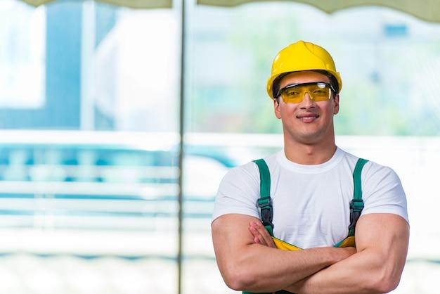現場で働く若い建設労働者 Premium写真