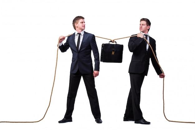 白で隔離綱引き概念の双子の兄弟 Premium写真