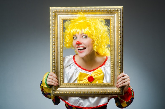 Клоун в смешной концепции на темном фоне Premium Фотографии