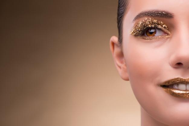 エレガントな化粧品を持つ若い女 Premium写真