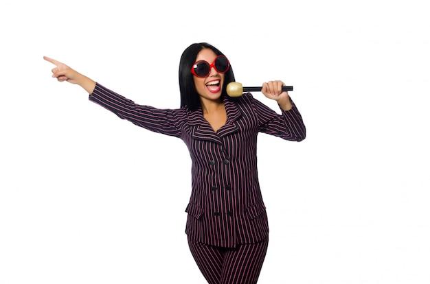 Женщина поет в караоке-клубе на белом фоне Premium Фотографии