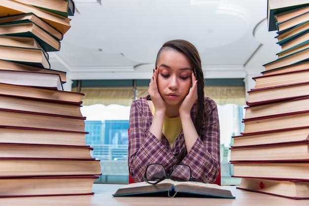 試験の準備をする若い女子学生 Premium写真