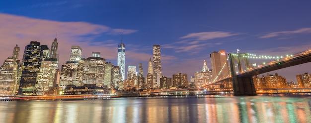 マンハッタンとブルックリン橋の夜景 Premium写真