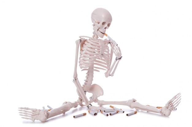 Концепция борьбы с курением с сигаретами и черепом Premium Фотографии