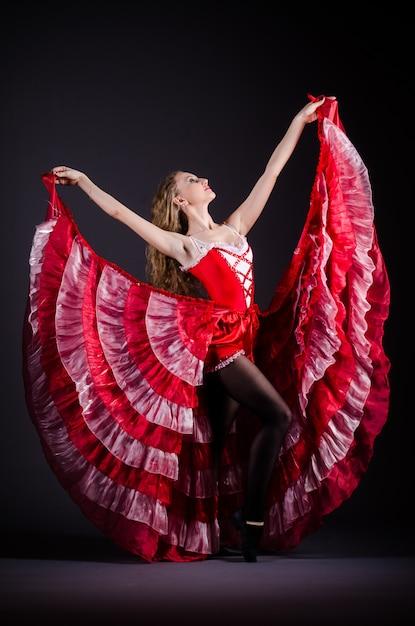 赤いドレスで踊る若い女性 Premium写真