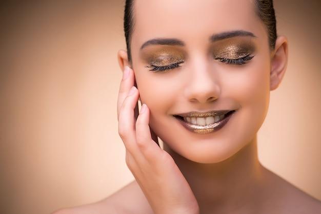 Женщина с красивым макияжем на фоне Premium Фотографии