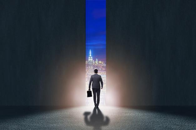 彼の野望に向かって歩くビジネスマン Premium写真
