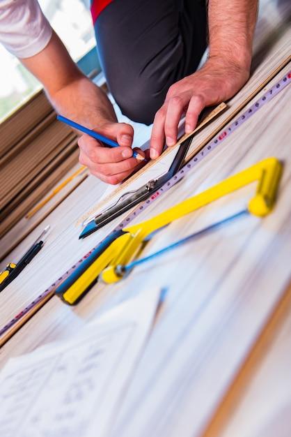 建設の積層のフロアーリングを敷設男 Premium写真