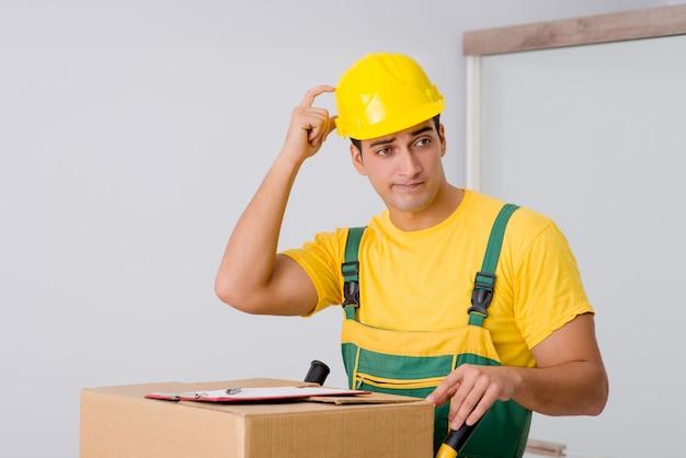 Мужчина доставляет коробки во время переезда Premium Фотографии