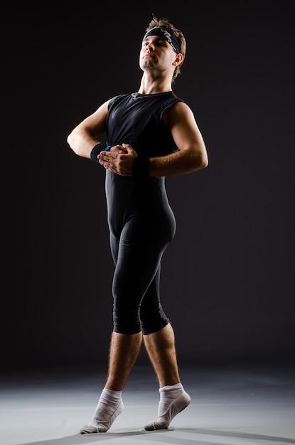 若い男がバレエダンスのためのトレーニング Premium写真