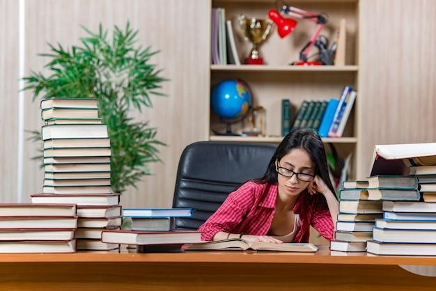 女子大生の大学院試験の準備 Premium写真