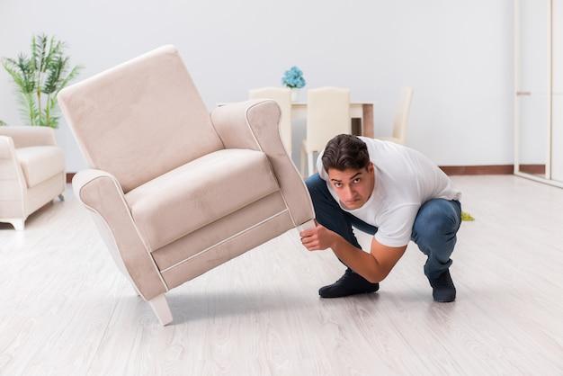 家で家具を移動する男 Premium写真
