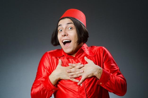 赤いフェズの帽子をかぶっている男 Premium写真