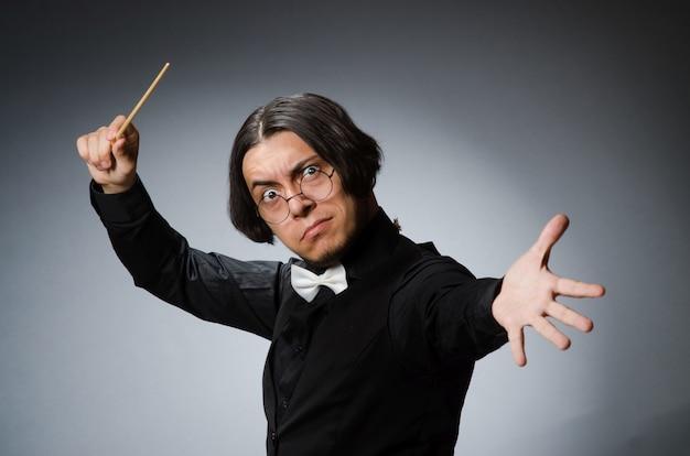 Забавный дирижер в музыкальной концепции Premium Фотографии