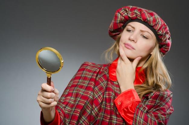Женщина в традиционной шотландской одежде Premium Фотографии