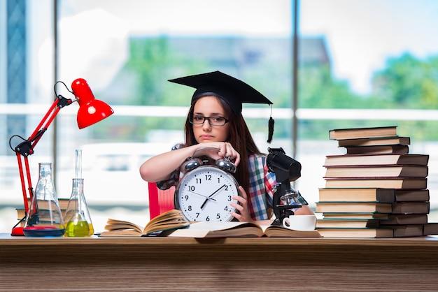 大時計で試験の準備をしている若い女の子 Premium写真