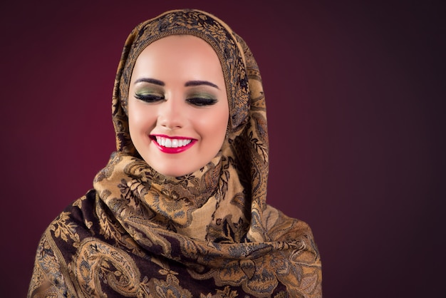 Мусульманка с красивыми украшениями Premium Фотографии