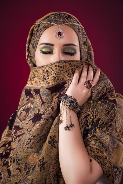 素敵なジュエリーとイスラム教徒の女性 Premium写真