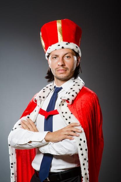 Молодой король бизнесмен Premium Фотографии