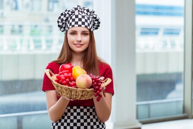 若い台所で果物と料理 Premium写真