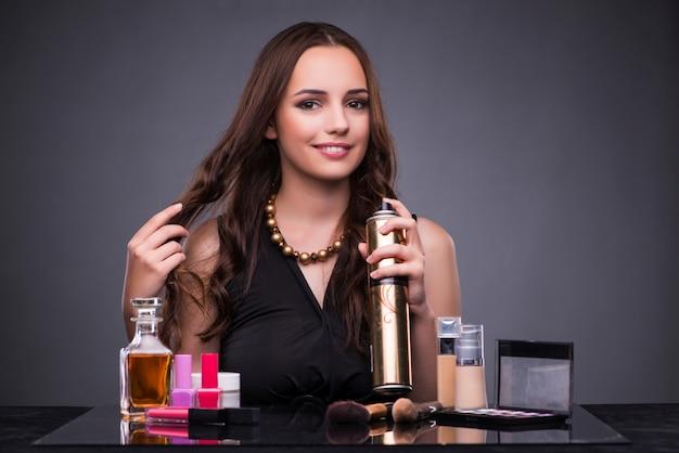 Красивая женщина, нанесения макияжа Premium Фотографии