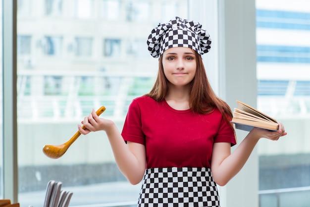 レシピ帳を参照している若い主婦 Premium写真