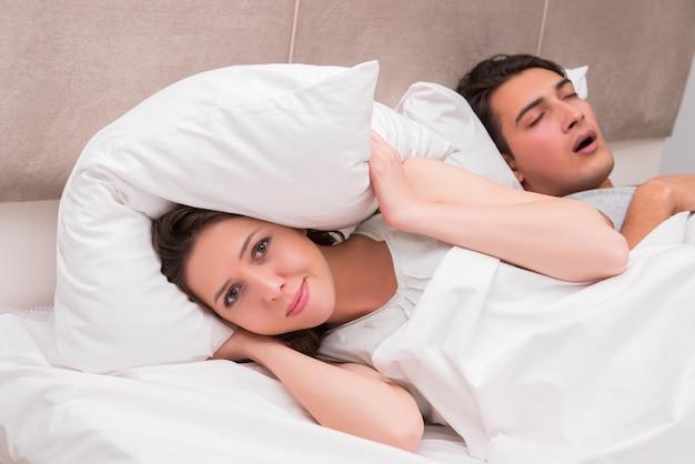 いびきをかくことで問題を抱えている女性 Premium写真