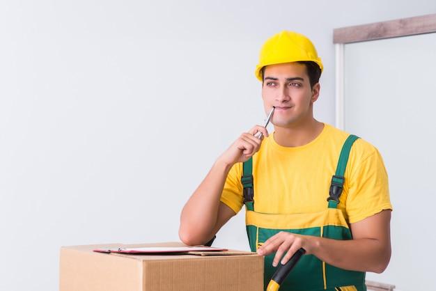Транспортник доставляет коробки на дом Premium Фотографии